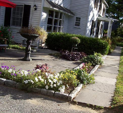 Starbuck Inn Bed and Breakfast: Pretty front patio and walkway