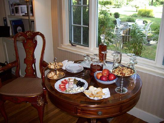 Starbuck Inn Bed and Breakfast: Afternoon treats in the living room, a view of back patio