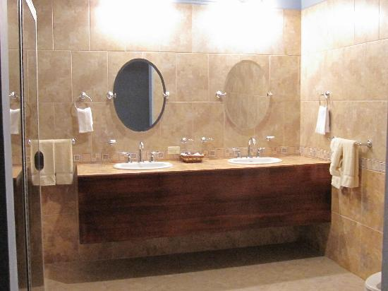 Le Chateau : Bathroom fit for a king