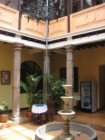 Hotel Catedral Internacional: Courtyard where breakfast is served