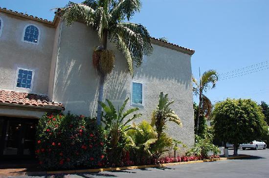 BEST WESTERN PLUS Newport Mesa Inn: Best Western Newport Mesa Inn building