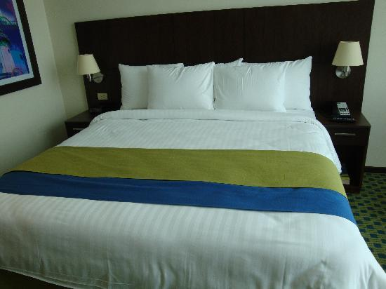 Courtyard by Marriott Guayaquil : massive bed