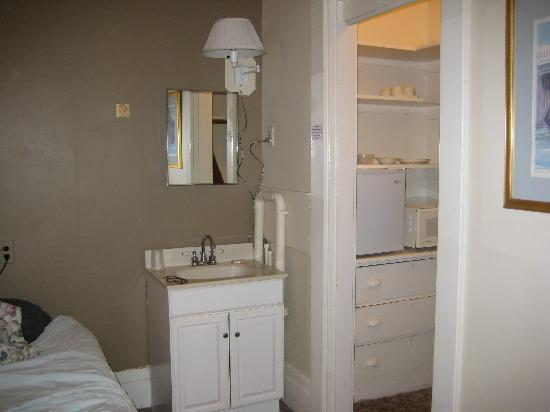 463 Beacon Street Guest House: Room 40 Kitchenette