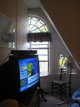 463 Beacon Street Guest House: Room 40, Tv and Window