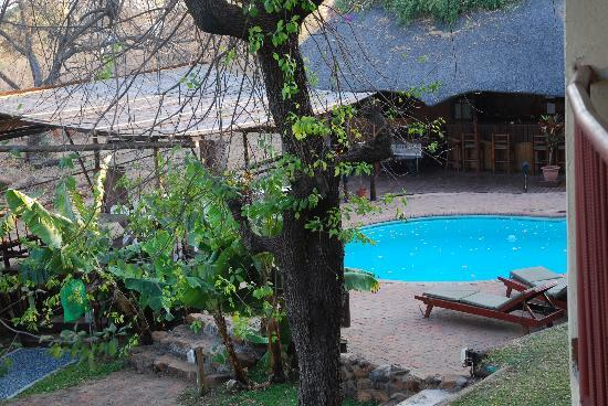 Water Lily Lodge: View from upstairs to the pool