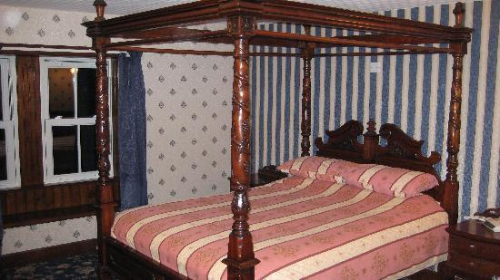 The Orkney Hotel: Four poster bed at Orkney Hotel