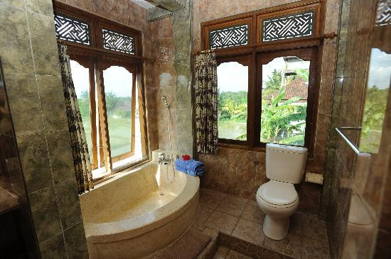 Hibiscus Cottages: Upper floor bathroom