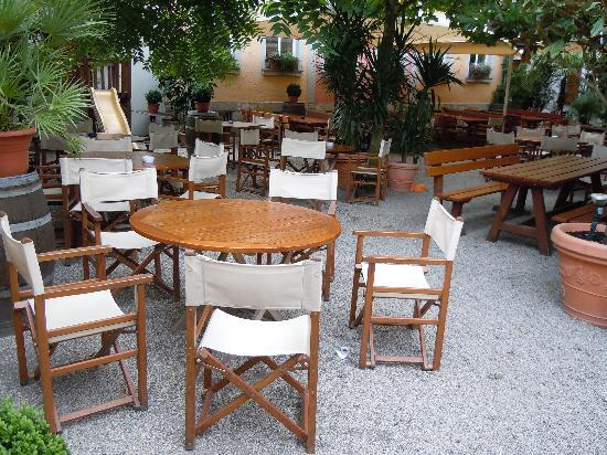 Salino: ....der Biergarten ,im Sommer herrlich kühl ..tolles Ambiente