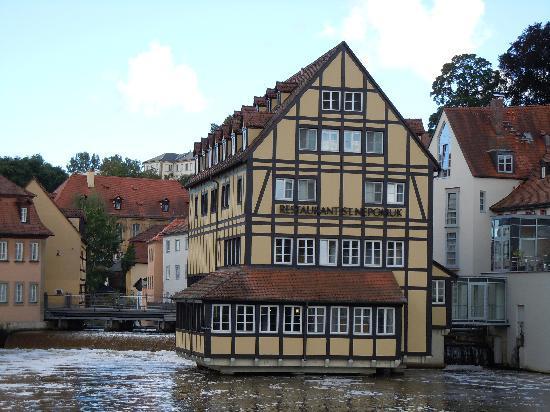 Restaurant Eckerts: ..das restaurant& Hotel liegt romantisch auf den Wasser mit Blick auf das Alte Rathaus