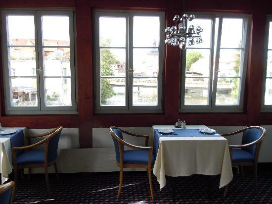 Restaurant Eckerts: ..romantisch sind die Tische mit Blick auf die Regnitz und der rathausbrücke