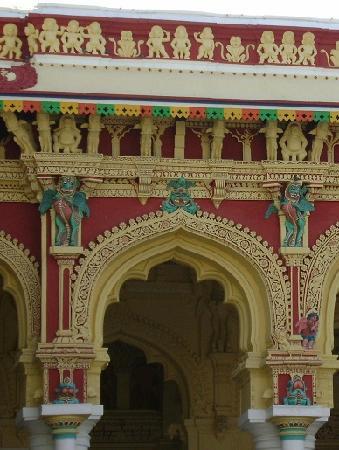 Madurai, India: 正面の建物上部にある彫刻