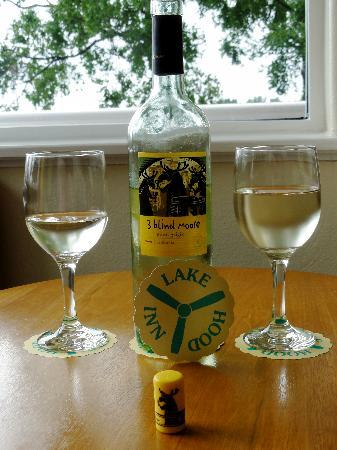 Lake Hood Inn: Enjoyed our last bottle of wine in Alaska on the balcony
