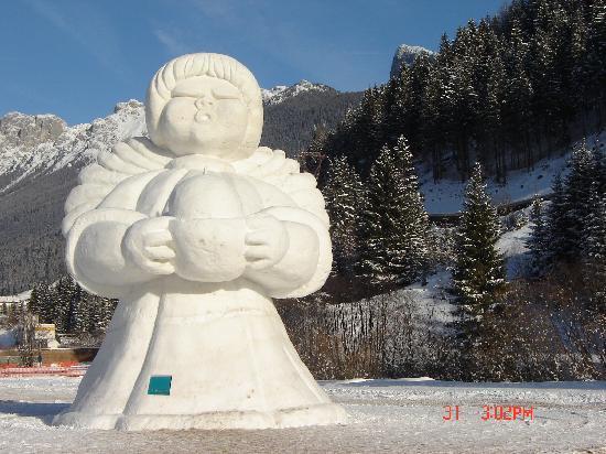 Hotel Stella Alpina: Statua di Neve Thun