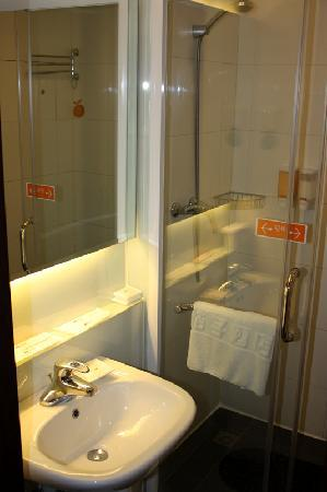 Orange Hotel (Beijing Guanyuanqiao): Bathroom.