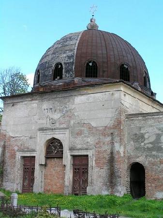 Chernivtsi, Ucrania: Rundown synagogue in Chernivtsy cemetery