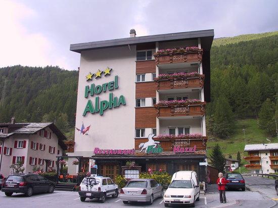 Saas-Grund, Suiza: Hotel Dom an der Abzweigung Saas Fee/Saas Almagell