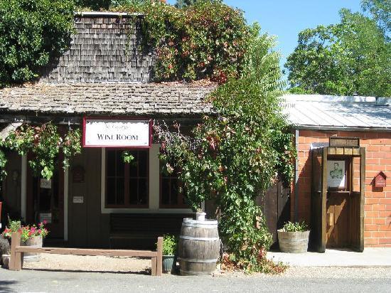 St. George Hotel : wine bar in Volcano