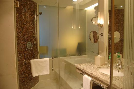 New World Manila Bay Hotel : Bathroom