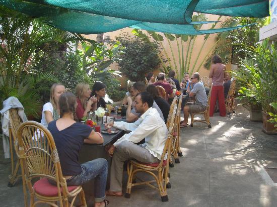 Anokhi Garden Guest House & Cafe: The garden and restaurant area