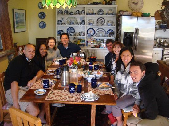 City Lights Inn: Best part of the day: breakfast with all the guests