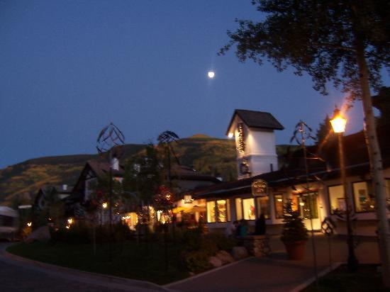 Austria Haus Hotel: Vail by night