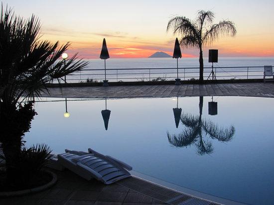 Residence Santa Monica: Pool mit Blick zu Meer in der Abenddämmerung