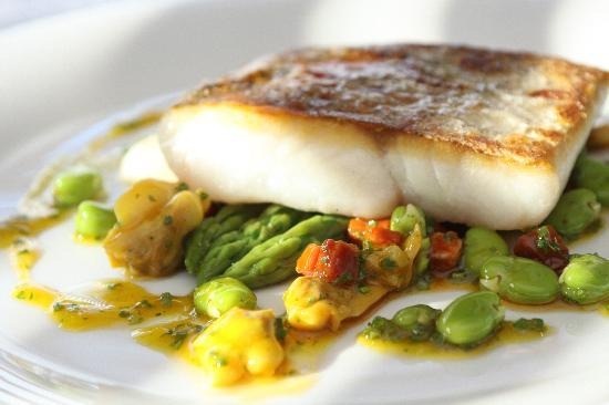 VL Restaurant: Hake with asparagus, chorizo and mussel