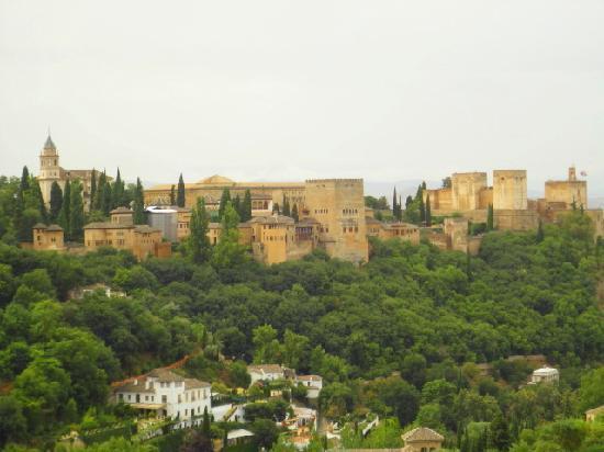 Granada, España: La Alhambra desde un mirador del barrio el Albayzin