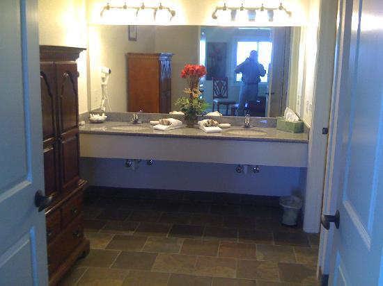 Whitney Mountain Lodge: Bathroom