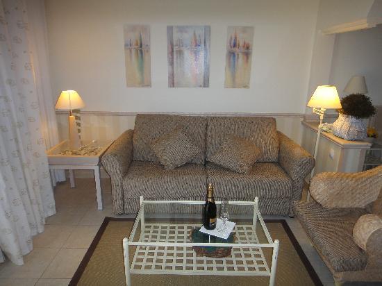 Peque a sala de estar junto al dormitorio fotograf a de for Dormitorio sala