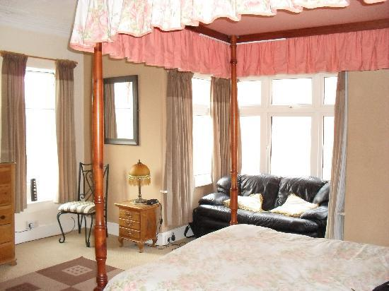 St. Aubyns Guest House: Spacious room