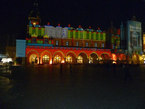 Cracovia, Polonia: The Cloth Hall at night
