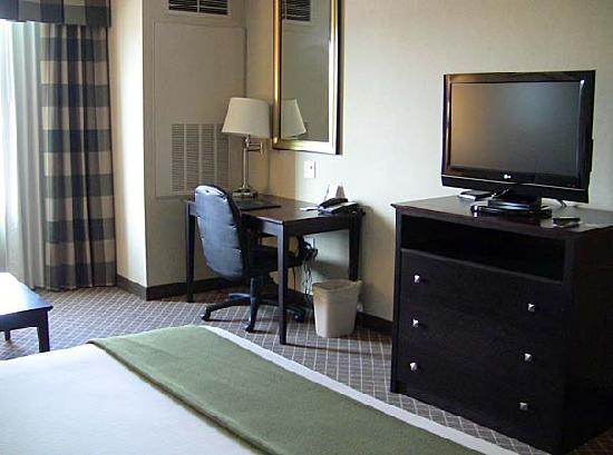 Holiday Inn Express Hotel & Suites Marysville: Holiday Inn desk & TV