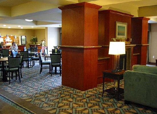 ‪هوليداي إن إكسبرس هوتل آن سويتس،ماريسفيل: Holiday Inn breakfast room off lobby‬