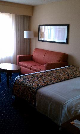 Courtyard by Marriott Pensacola Downtown: Couch and table
