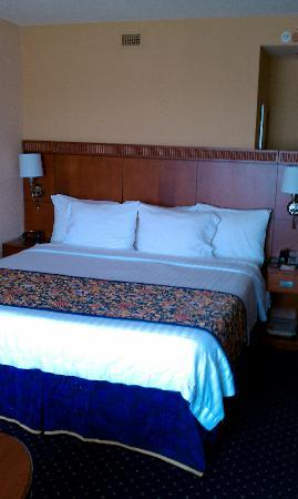Courtyard by Marriott Pensacola Downtown: Bed