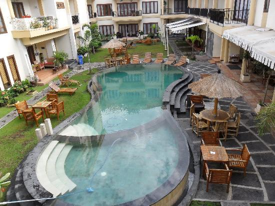 Kuta Town House Apartments: Pool view from balcony