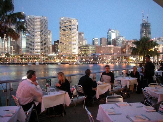 restaurant balcony - 10 причин поехать в Австралию