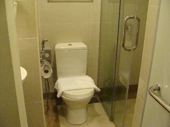 Tune Hotel Danga Bay: バスルーム