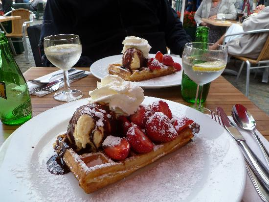 Hotel Prinsenhof Bruges: Waffles at Cafe next to Bell Tower