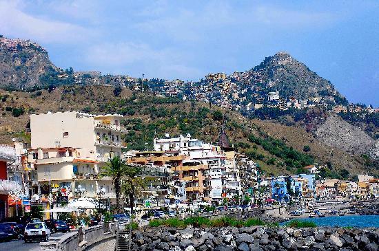 Atahotel Naxos Beach : Le front de mer de Giardini dominé par Taormina