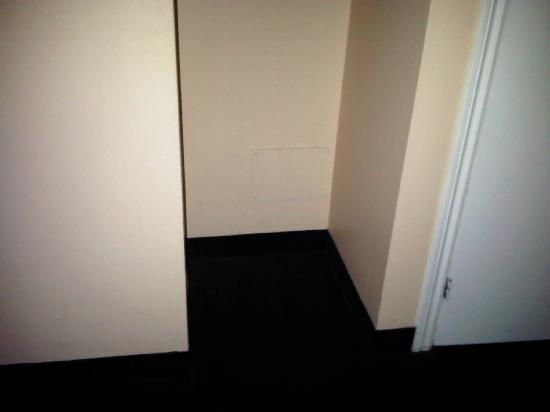 """Days Inn Montreal East : Closet with """"Escape Hatch""""?"""