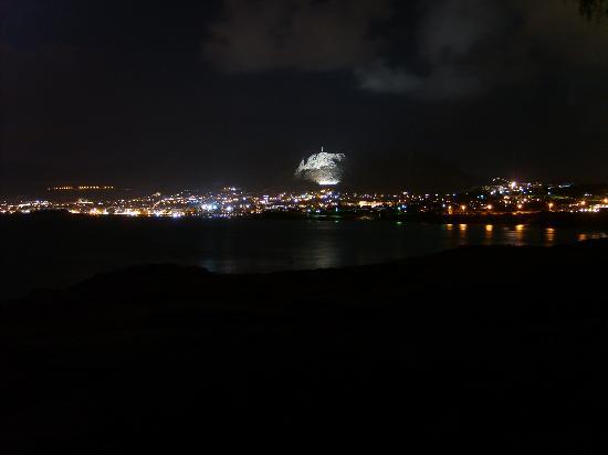 Bucht von Chersonissos bei Nacht vom Meer aus gesehen