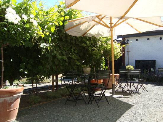 Elizabeth Spencer Winery: the only upside: Outside Area was ok