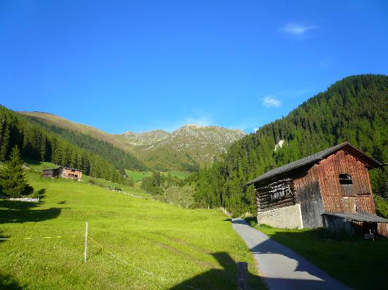 Hotel Ducan: Scenery above Monstein village