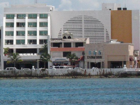 Casa Mexicana Cozumel: View of the hotel from the dive boat