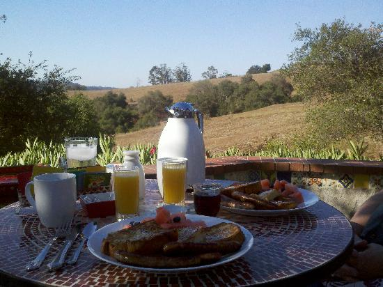 The Casitas of Arroyo Grande: Amazing hot breakfast served al fresco.