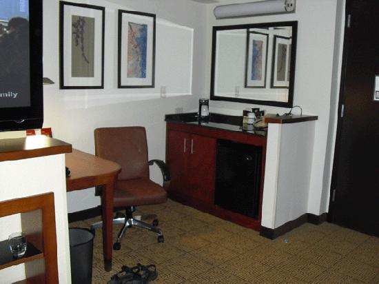 Hyatt Place Mohegan Sun: Desk and fridge
