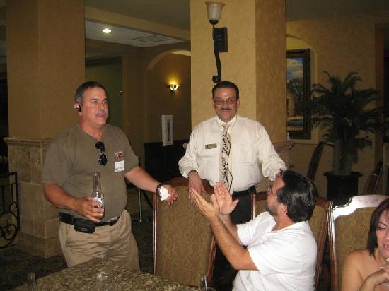 Comfort Suites Alamo/Riverwalk: Our group thanking the manager Reinaldo Velazquez