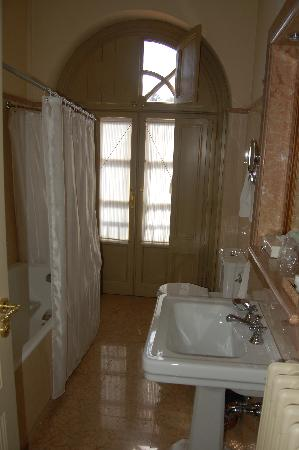 Villa Fenaroli Palace Hotel: very clean large marble bathroom - shower in tub & separate shower